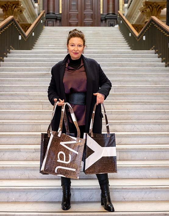Sibilla Pavenstedt mit Taschenglück-Produkten